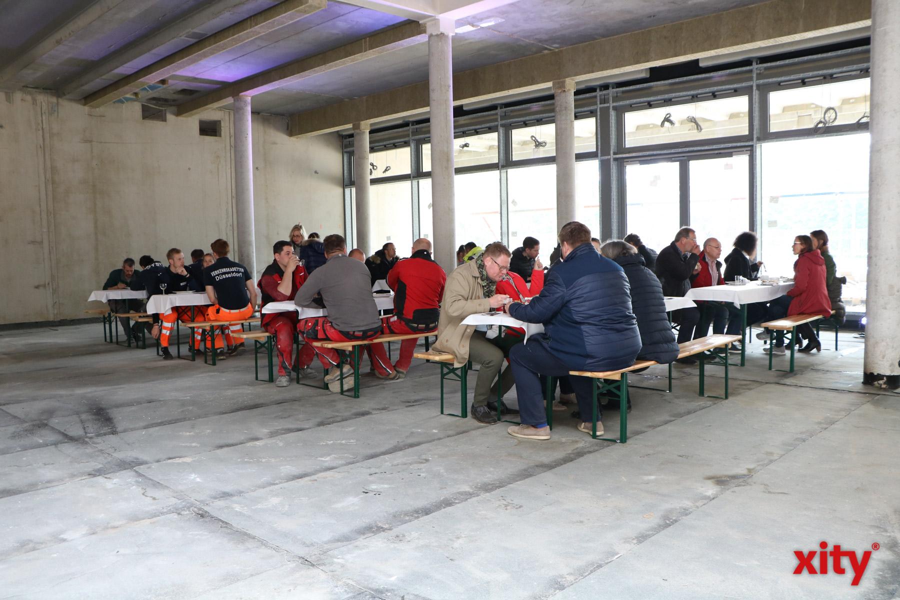 In der Mensa der Realschule wurde weiter gefeiert (Foto: xity)
