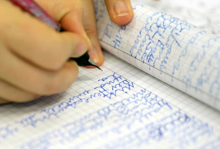 Rund sechs Millionen Erwachsene können nicht richtig lesen und schreiben (© 2019 AFP)