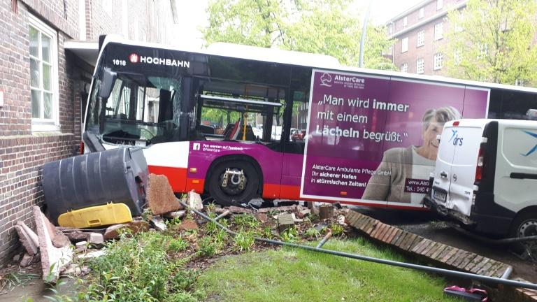 Orientierungsloser Hamburger Busfahrer kracht mit Fahrzeug in Hauswand (© 2019 AFP)