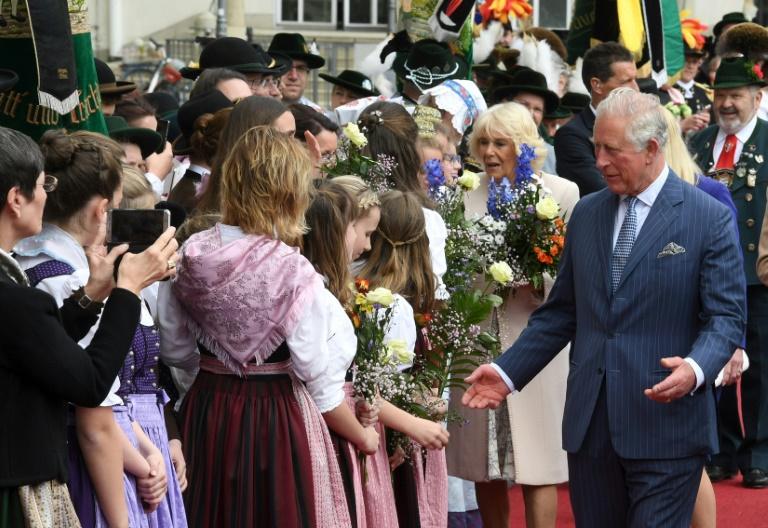 Prinz Charles und Camilla von jubelnder Menge in München begrüßt