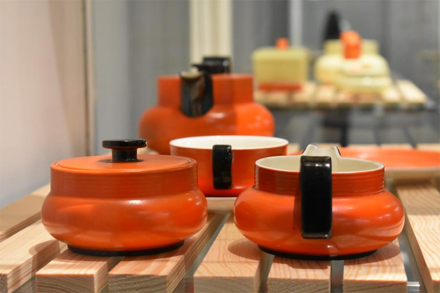 Blick in die Ausstellung Impressionen mit Objekten von Ursula Fesca (Foto: Hetjens - Deutsches Keramikmuseum)