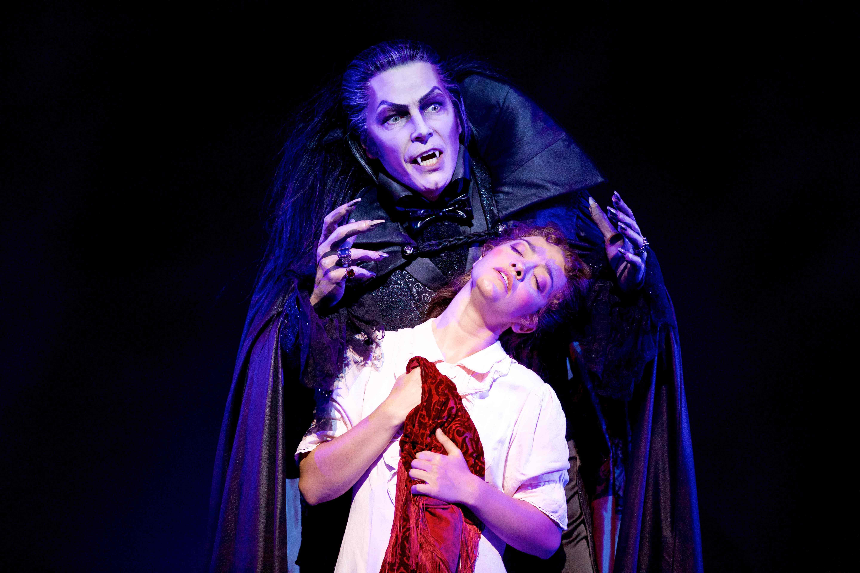Tanz der Vampire Berlin Jan Ammann (Graf von Krolock) und Veronica Appeddu (Sarah) (Foto: evenpress/stage)