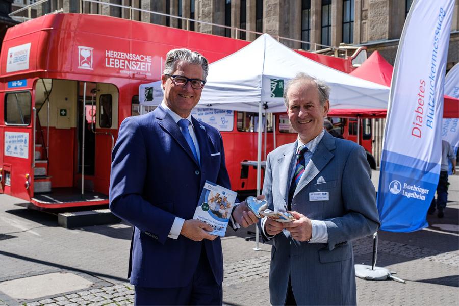 Gesundheitsdezernent Prof. Dr. Andreas Meyer-Falcke und Prof. Dr. Rüdiger Seitz (Foto: Stadt Düsseldorf, Uwe Schaffmeister)