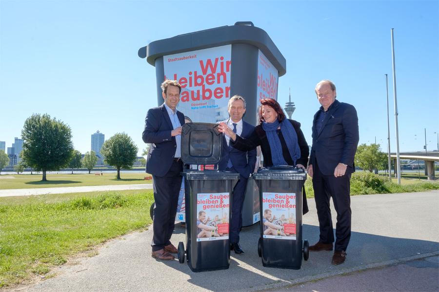 OB Thomas Geisel (2.v.r.), Umweltdezernentin Helga Stulgies, und die Awista Geschäftsführer Peter Ehler und Jörg Mühlen (Foto: Stadt Düsseldorf, Uwe Schaffmeister)