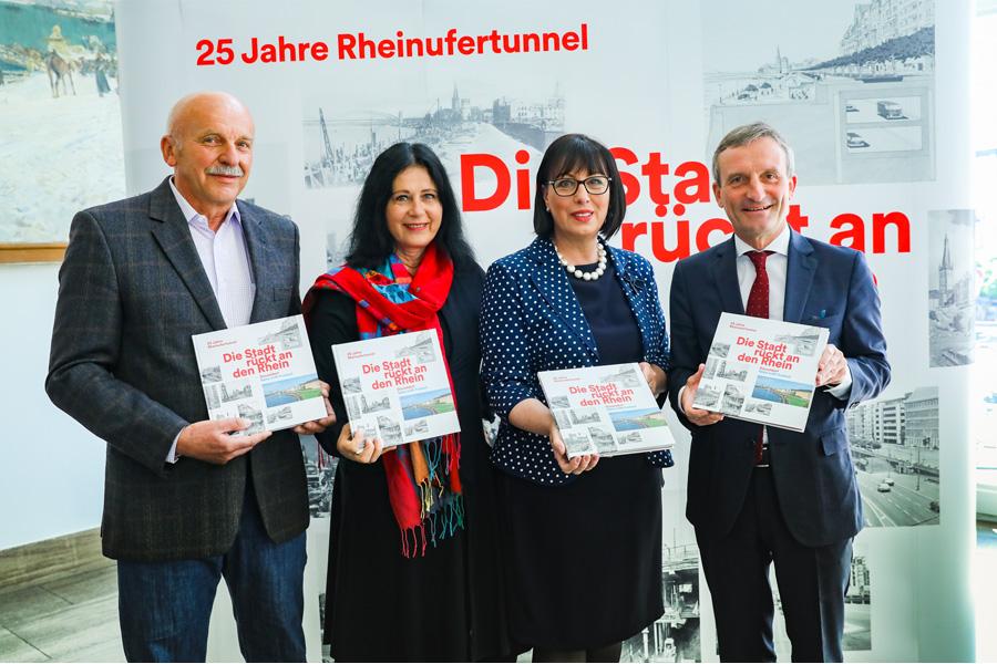 Manfred Blasczyk, Cornelia Zuschke, Karin-Brigitte Göbel und OB Thomas Geisel (Foto: Stadt Düsseldorf/Melanie Zanin)