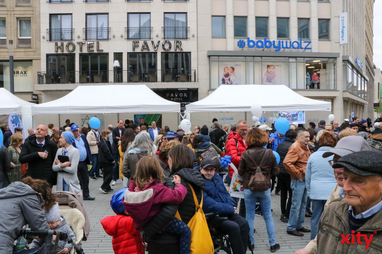 Hunderte Besucher kamen zum Fest auf dem Schadowplatz (Foto: xity)
