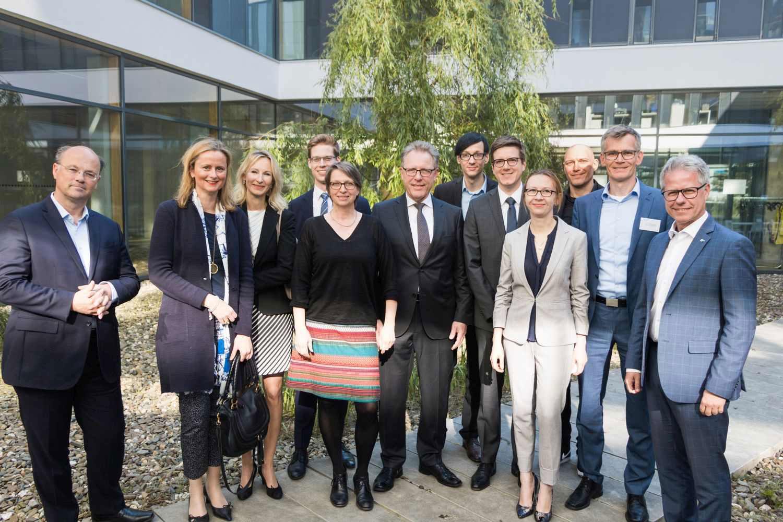 Hans-Hennig von Grünberg (links) und Jürgen Steinmetz (rechts) begrüßten die neuen Professorinnen und Professoren in Krefeld. (Foto: Hochschule Niederrhein)