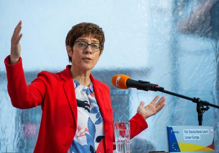 Kramp-Karrenbauer rechnet mit voller Amtszeit von Merkel
