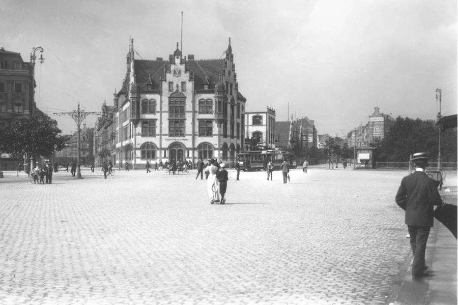 1900: Postamt 1 zwischen Worringer Straße (rechts) und Kurfürstenstraße (links) (Foto: Stadtarchiv Düsseldorf)
