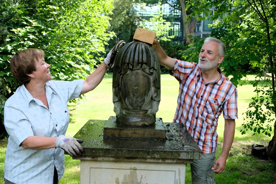 Grabmalpaten pflegen beim Aktionstag historische Monumente (Foto: Stadt Düsseldorf/Michael Gstettenbauer)