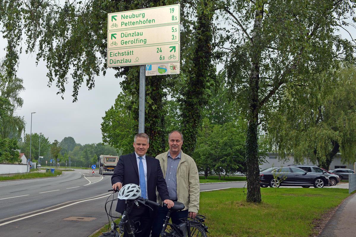 Oberbürgermeister Christian Lösel und Tiefbauamtsleiter Walter Hoferer vor einem neu aufgestellten Fahrradwegweiser am Kreisel in der Krumenauer Straße (Foto: Stadt Ingolstadt / Betz)