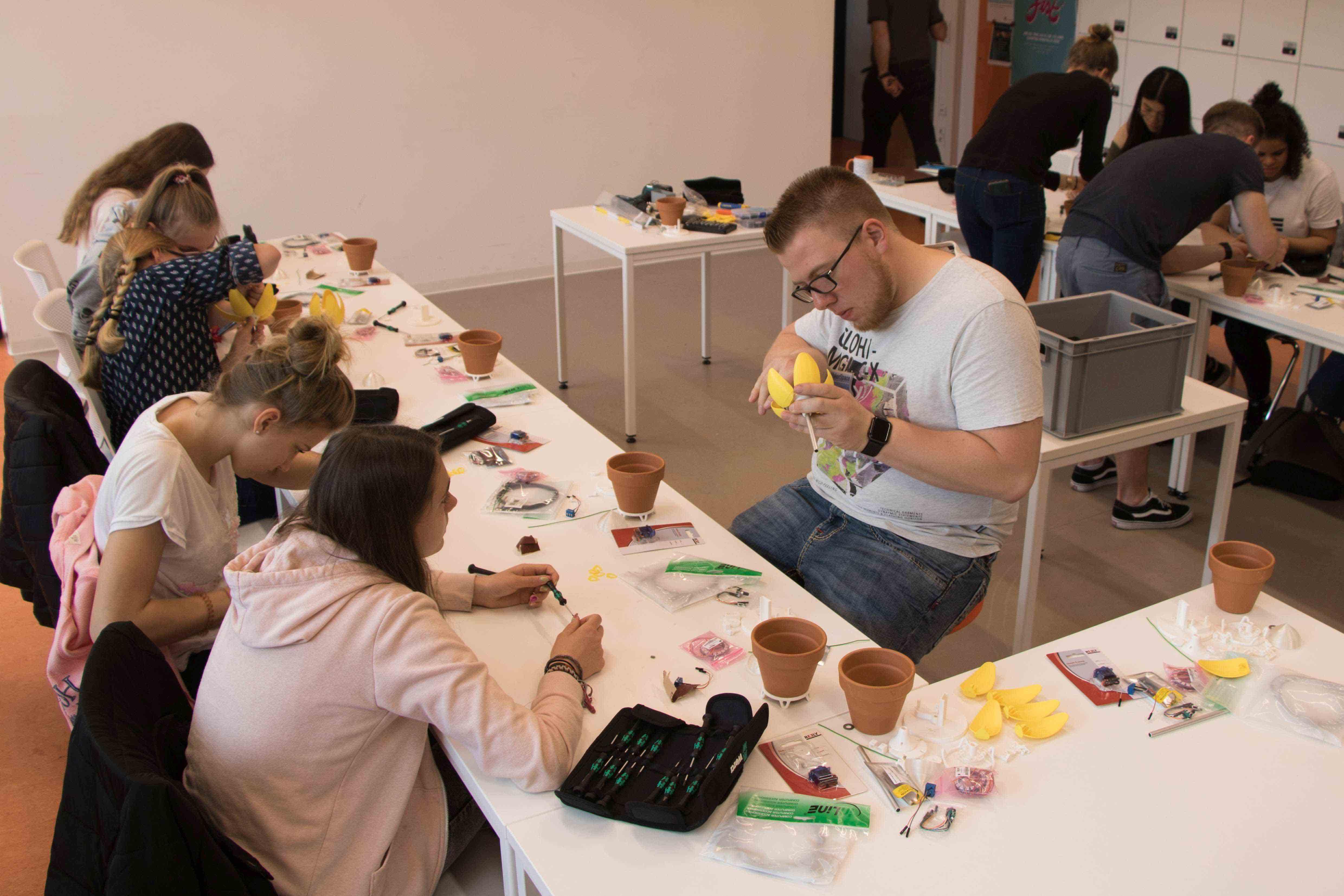 Informatik-Student Noel Bastijans half den Schülerinnen bei der Arbeit. (Foto: Hochschule Niederrhein)