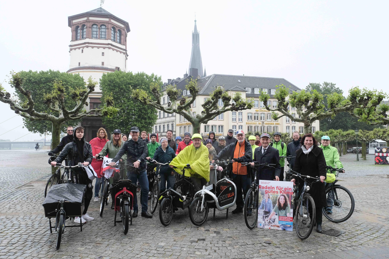 Werben für das Mitmachen beim Stadtradeln-Wettbewerb 2019: Teilnehmer gemeinsam mit Oberbürgermeister Thomas Geisel und Umweltdezernentin Helga Stulgies (vorne rechts) (Foto: Michael Gstettenbauer)