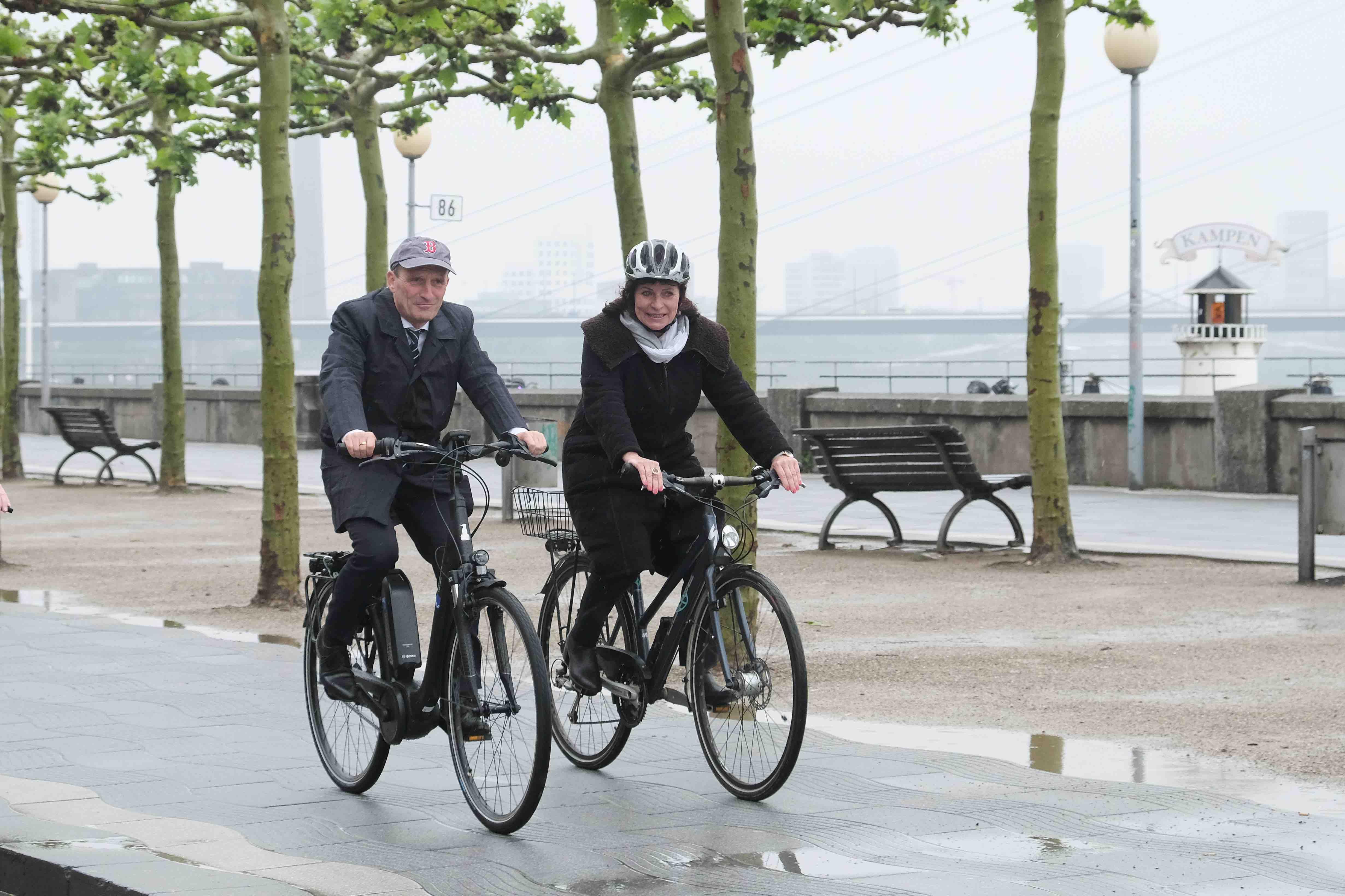 Rufen auf, beim Stadtradeln-Wettbewerb mitzumachen: Oberbürgermeister Thomas Geisel und Umweltdezernentin Helga Stulgies (Foto: Michael Gstettenbauer)
