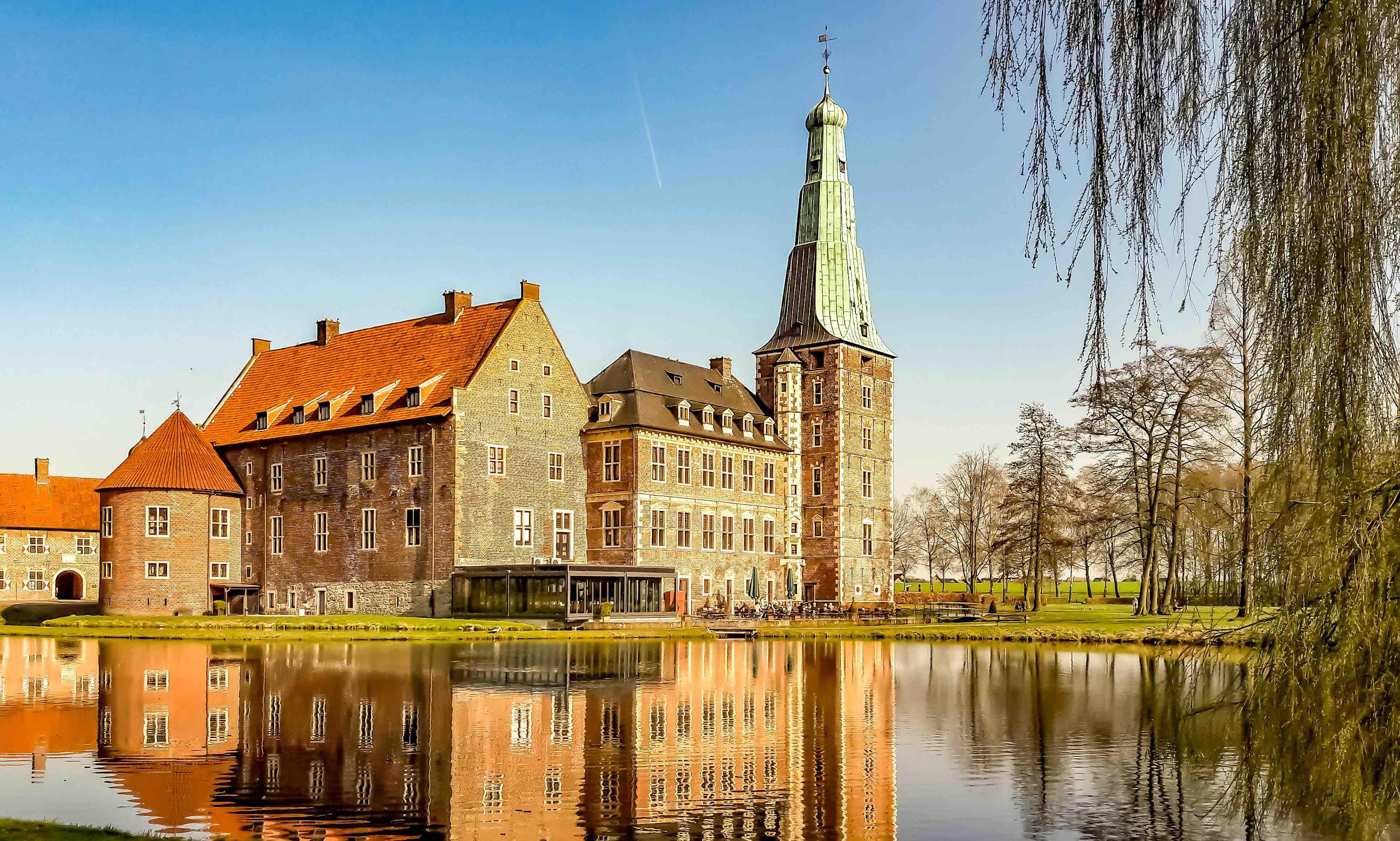 Kleine Entdecker können am Schloss Raesfeld nicht nur toben, sondern auch gut essen. (Foto: Münsterland e.V.)