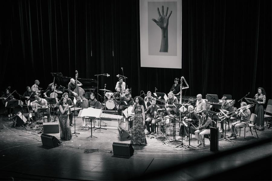Das Trickster Orchestra unter der Leitung der Jazzsängerin Cymin Samawatie (Foto: Lena Ganssmann)
