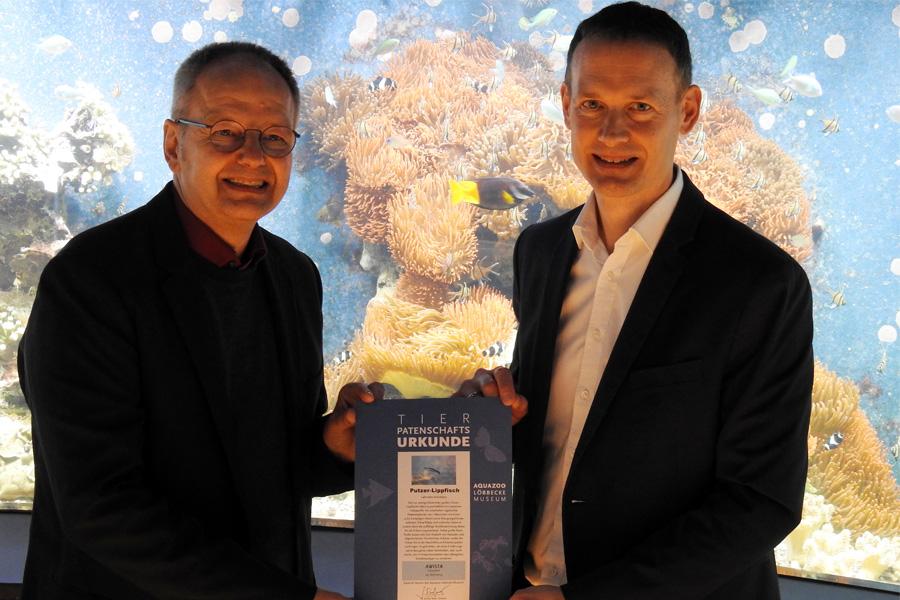 Norbert Pickl, Vertriebsleiter der AWISTA und Aquazoodirektor Dr. Jochen Reiter (Foto: Aquazoo Löbbecke Museum)