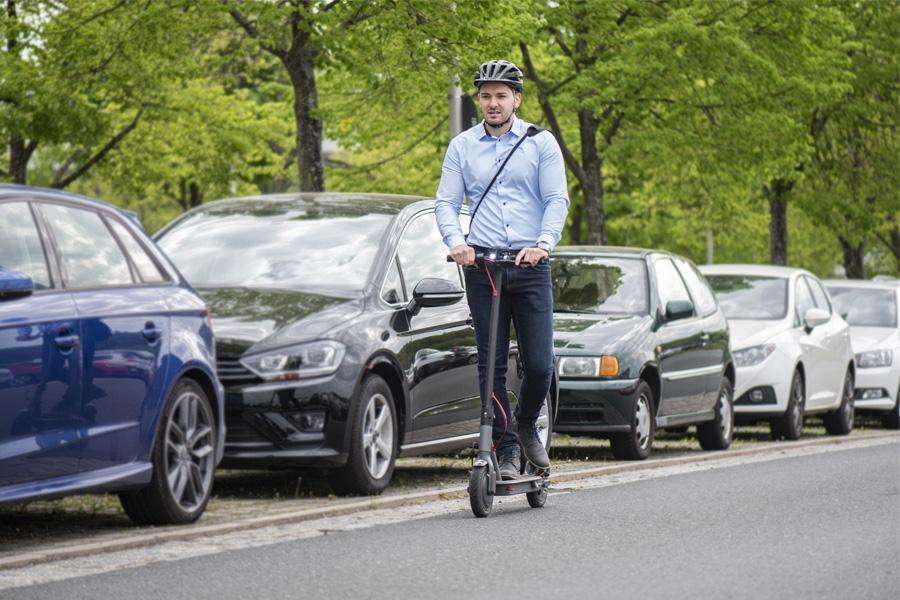 Um E-Scooter im Straßenverkehr zu nutzen, braucht man eine Versicherung (Foto: Hagen Lehmann/HUK-COBURG)