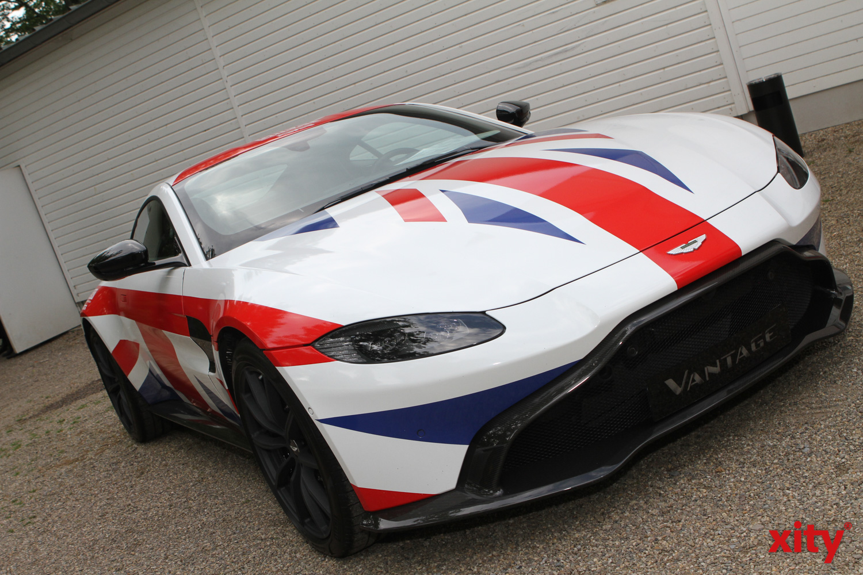 """Ein Aston Martin Vantage im """"Union Jack"""" flankierte den Eingang (Foto: xity)"""