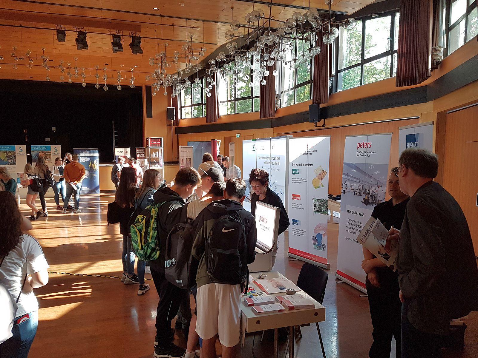 Besucher des Chemie-Aktionstages im Kulturzentrum Rheinkamp Moers (Foto: Unternehmerschaft Chemie Niederrhein)