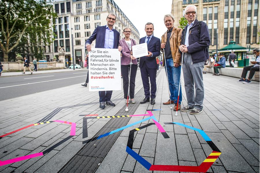 Frank Schrader, Elisabeth Stiebeling, OB Thomas Geisel, Gerd Kozyk und Günter Stiebeling (Foto: Stadt Düsseldorf/Melanie Zanin)