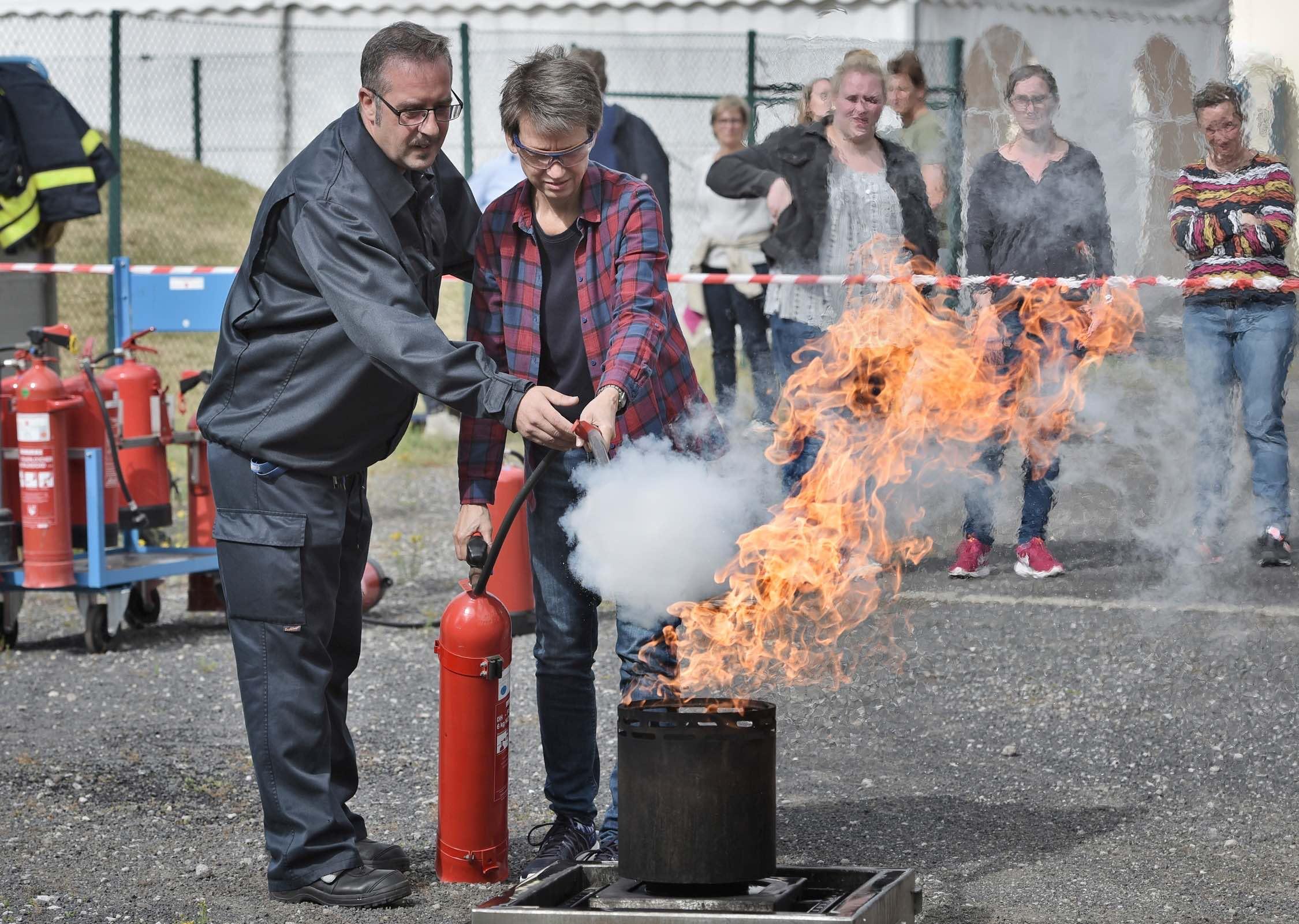 Achtung! Fertig? Wasser marsch! Der Chempark lädt zum Feuerlösch-Training auf den Uerdinger Marktplatz ein. (Foto: Currenta GmbH & Co. OHG)