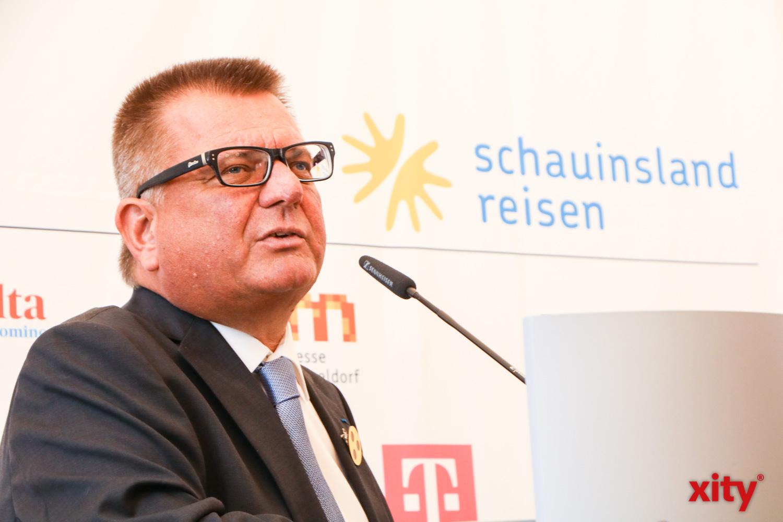 Boris Neisser, Vorstand der Destination Düsseldorf bedankte sich bei den Sponsoren der Rally (Foto: xity)
