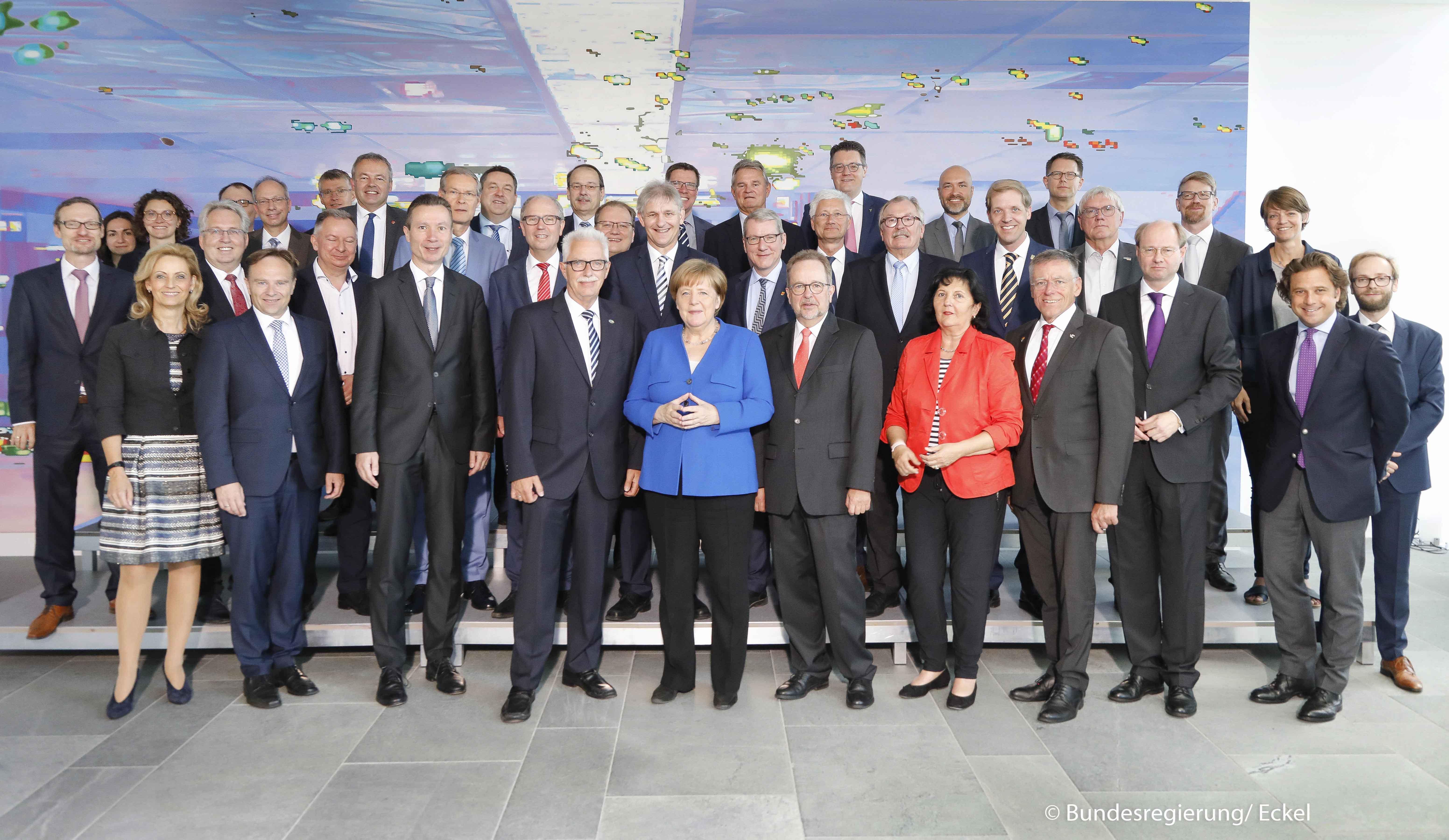 NRW-Landräte mit Bundeskanzlerin Angela Merkel (Foto: Bundesregierung/Eckel)