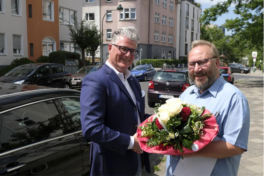 Prof. Dr. Andreas Meyer-Falcke (links), dankt dem 10.000sten Nutzer des Online-Bewohnerparkausweises, Bernhard Müller-Hildebrand (Foto: Stadt Düsseldorf/Wilfried Meyer)
