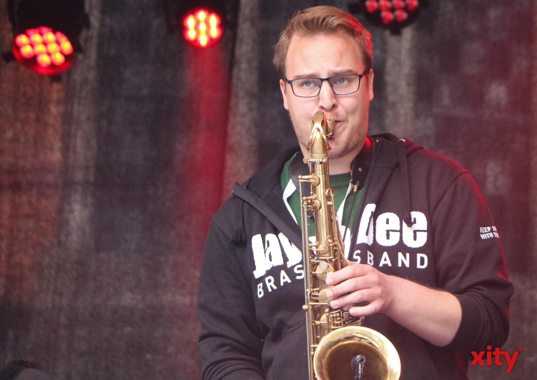 Auf der Bühne am Martin-Luther-Platz heizte die JayDee Brassband den Besuchern ein (Foto: xity)