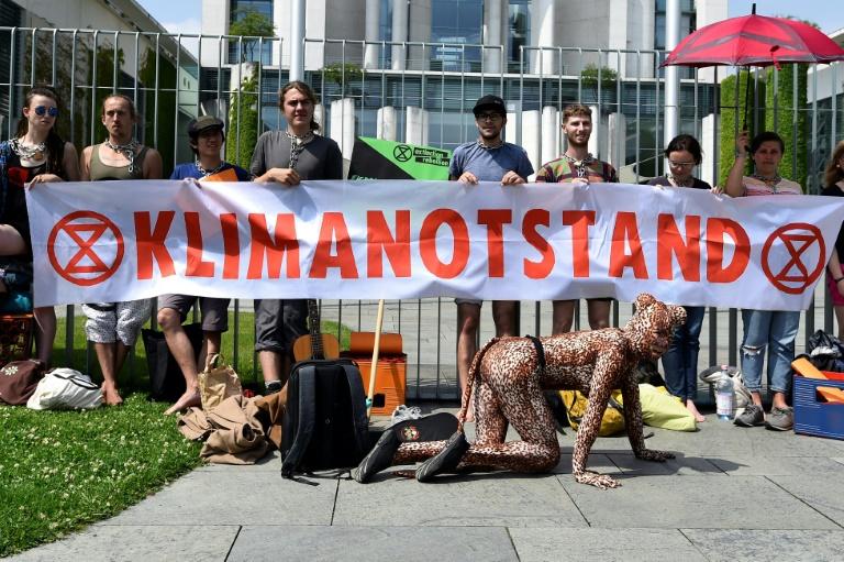 Klimaschutzaktivisten ketten sich an Zaun vor Kanzleramt (© 2019 AFP)