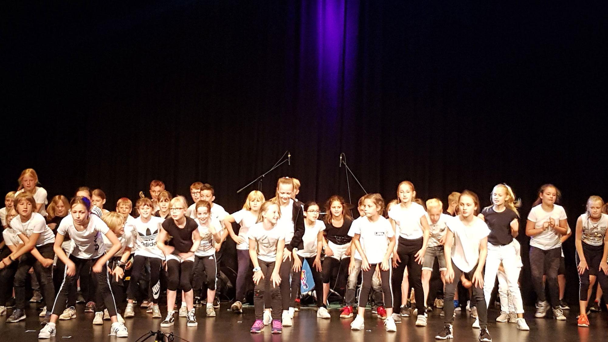 Die beiden vierten Klassen der Johann-Peter-Melchior-Schule zeigten ihren Tanz, den sie im Rahmen des Kulturstrolche-Projektes einstudiert hatten. (Foto:Stadt Ratingen)