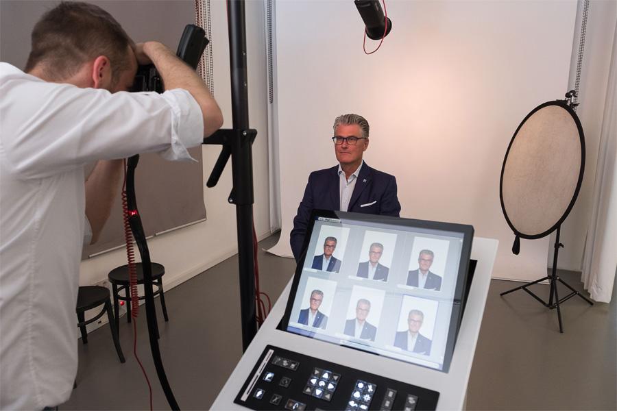 Prof. Dr. Andreas Meyer-Falcke bei der Präsentation des digitalen Foto-Services (Foto: Stadt Düsseldorf/Uwe Schaffmeister)