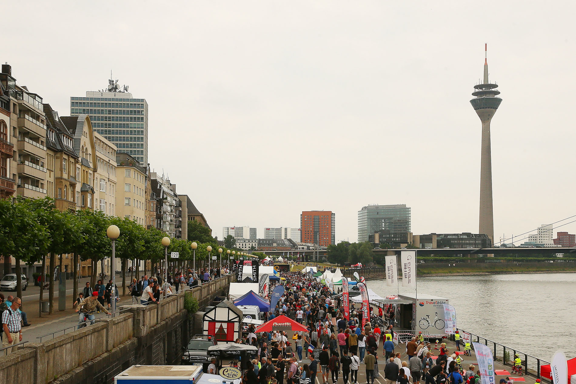Die Düsseldorfer Rheinpromenade verwandelt sich am Sonntag, 16. Juni, 11 bis 18 Uhr in eine riesige Eventfläche rund ums Fahrrad (Foto: Landeshauptstadt Düsseldorf, David Young)