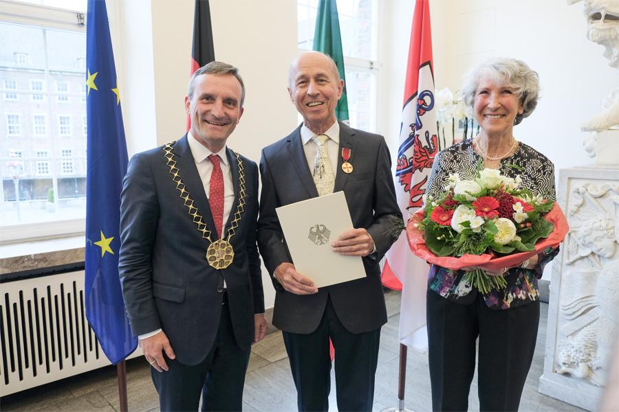 OB Thomas Geisel hat Jürgen Miller die Verdienstmedaille des Verdienstordens der Bundesrepublik Deutschland überreicht (Foto: Stadt Düsseldorf/Michael Gstettenbauer)