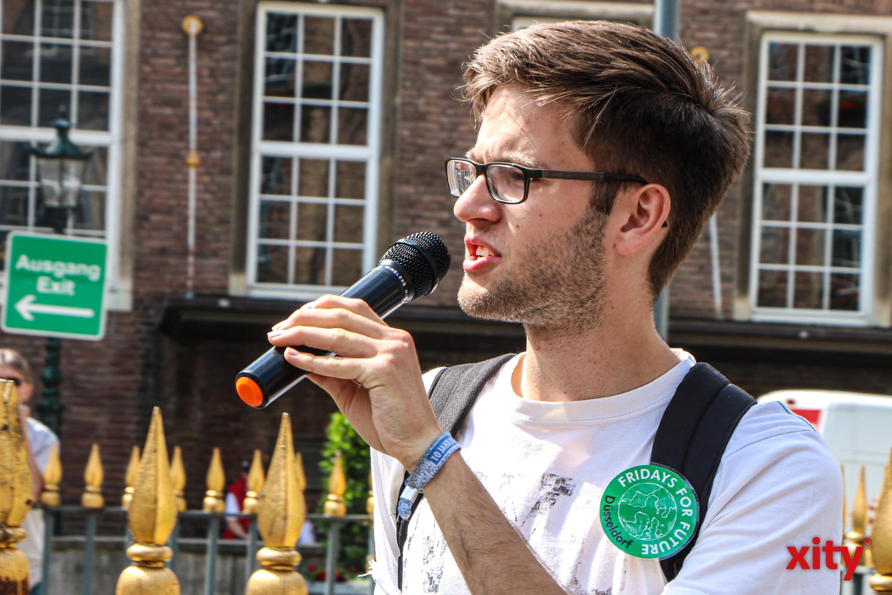 """Lukas Mielzcarek von """"Fridays for Future"""" begrüßte die Teilnehmer vor dem Düsseldorfer Ratha(Foto: xity)"""