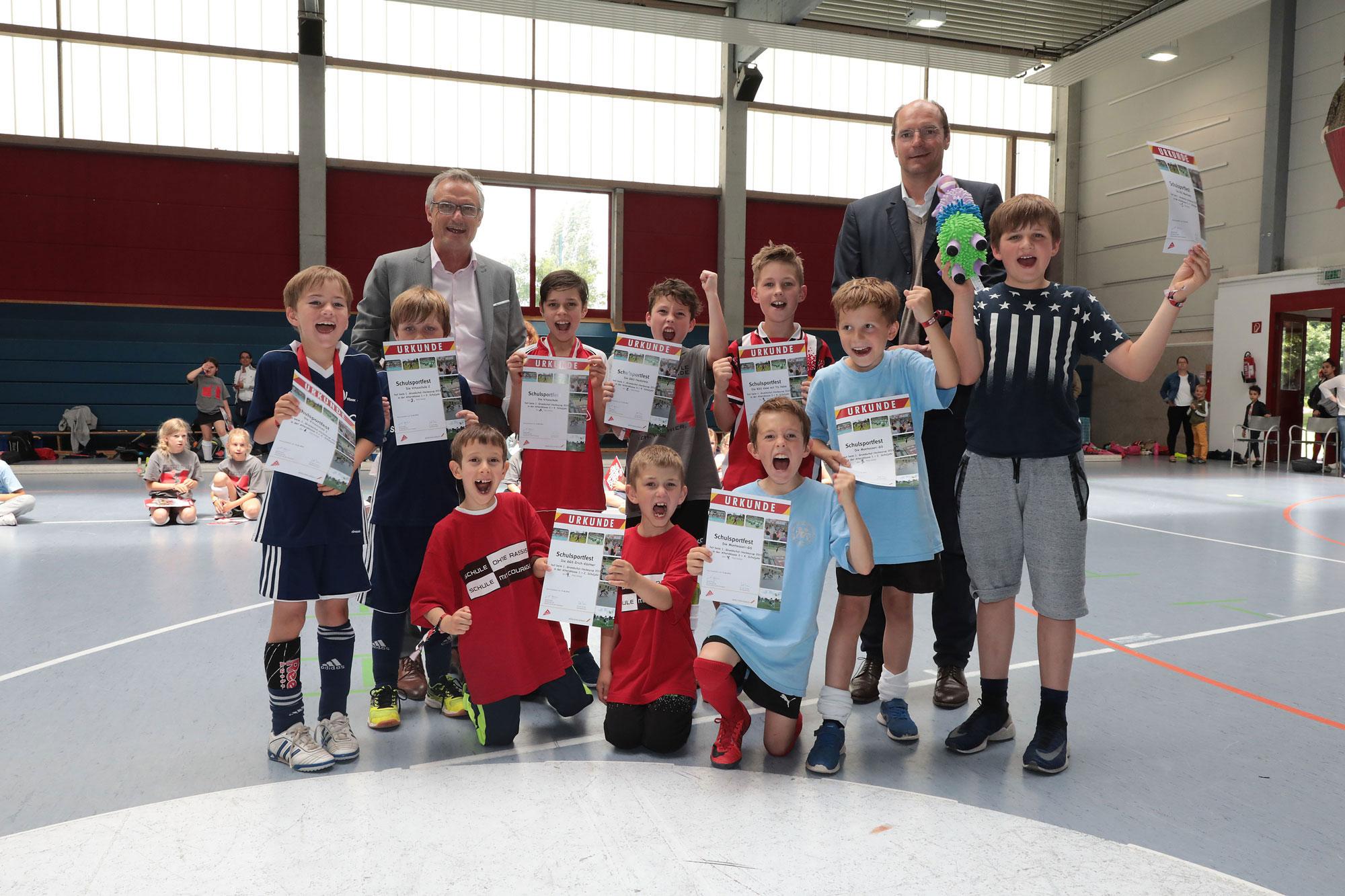 Die Mannschaftskapitäne der teilnehmenden Schulen mit Harald Weuthen (Fachbereichsleiter Schule und Sport, links) und Florian Kunz (Vorsitzender GHTC). (Foto: Stadt Mönchengladbach)