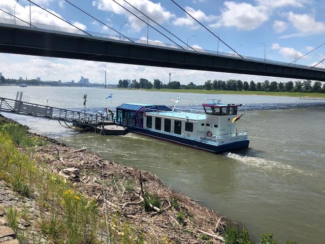 Auf der Rheinfähre Maria-Franziska konnten sich die Eltern entspannen (Quelle: Stiftung Düsseldorfer Kinderträume)