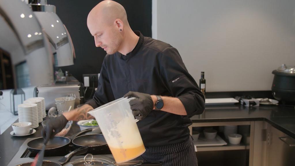 Köche wie Gerald Kiermeier sorgen dafür, dass die Nationalmannschaften gesund und vielseitig essen (Foto: Hellofootage)