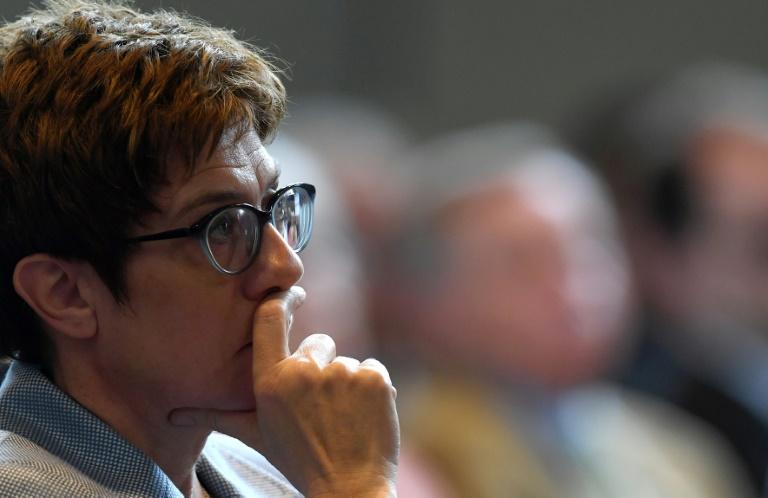 Kramp-Karrenbauer will ihre Partei auf Distanz zur AfD halten