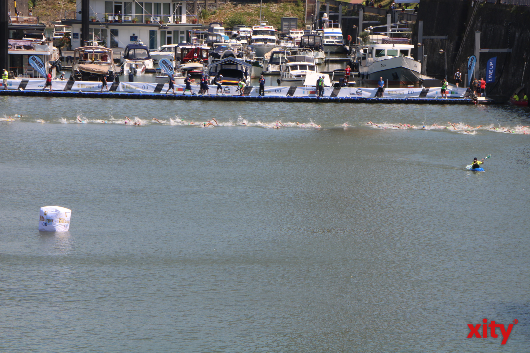 Am Start ging es für die Teilnehmer erstmal ins kühle Nass des Hafenbeckens (Foto: xity)