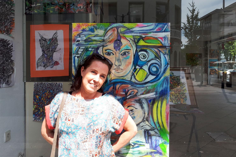 Die Künstlerin Maria Schönberger vor dem Apotheken-Schaufenster. (Foto: Quartiersmanagement Rheydt)