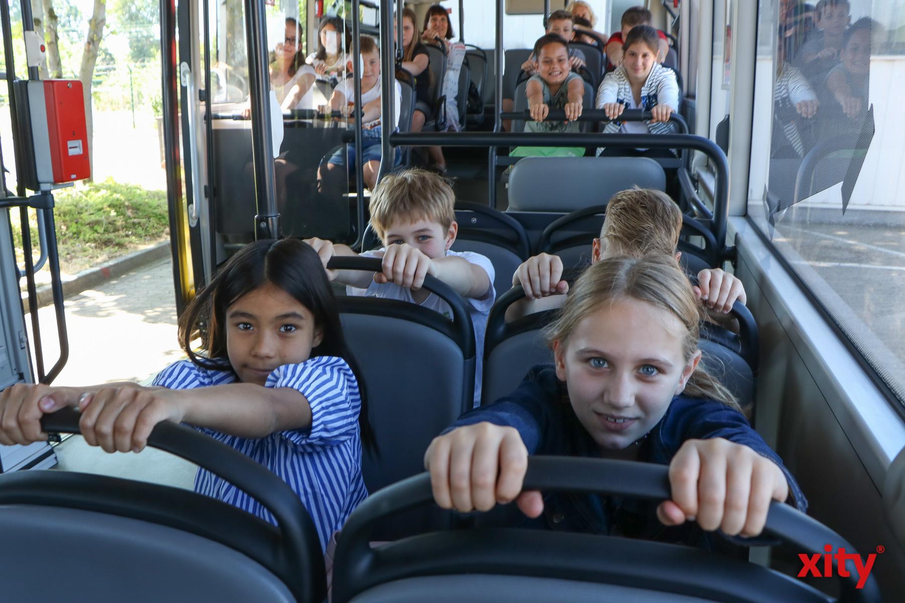 Die Schülerinnen und Schüler des Grundschulverbundes Beethovenstraße lernten, wie sie sich im Bus zu verhalten haben (Foto: xity)