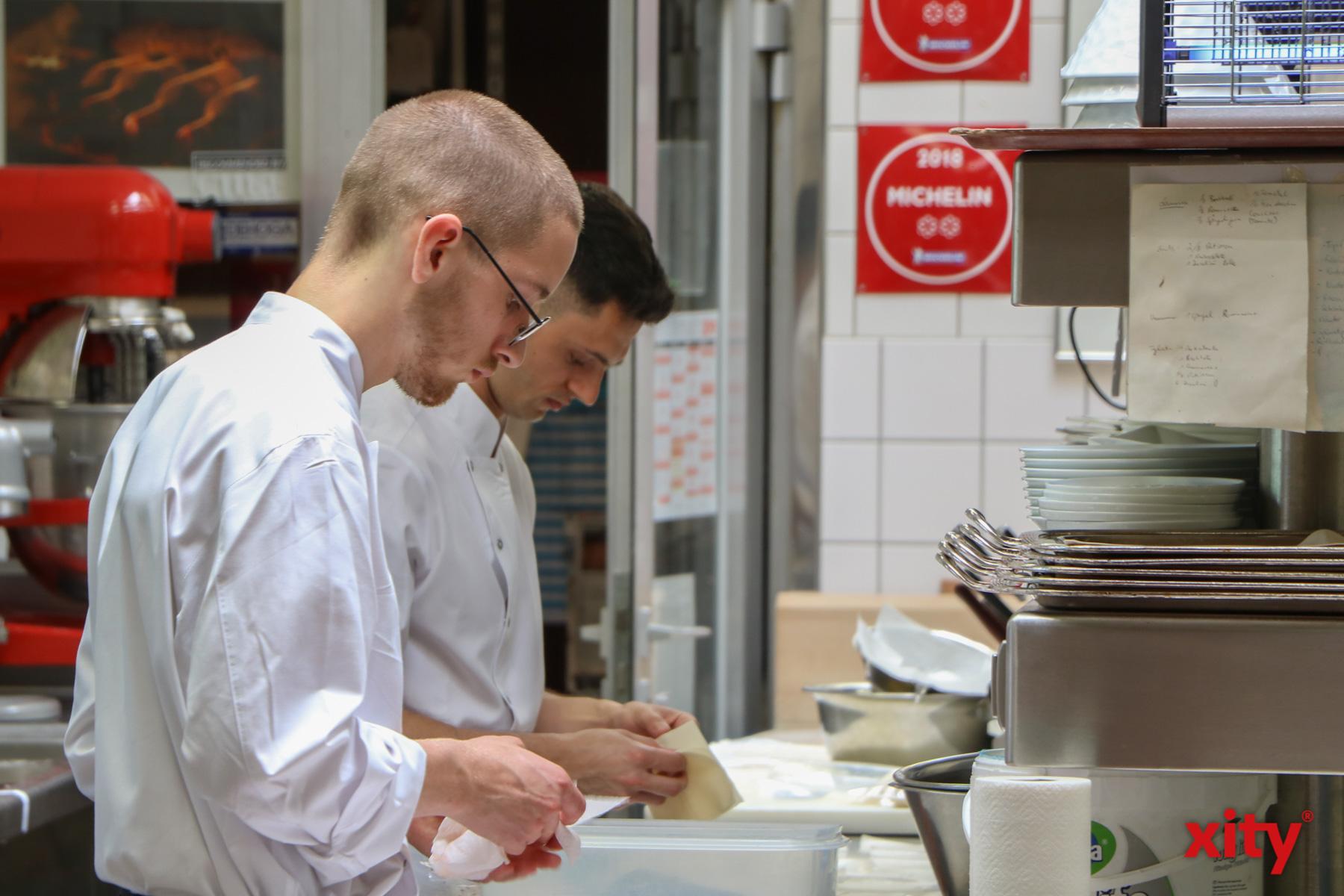 In der Küche des Schiffchen wird fleißig für den Tavola Romana gekocht (Foto: xity)