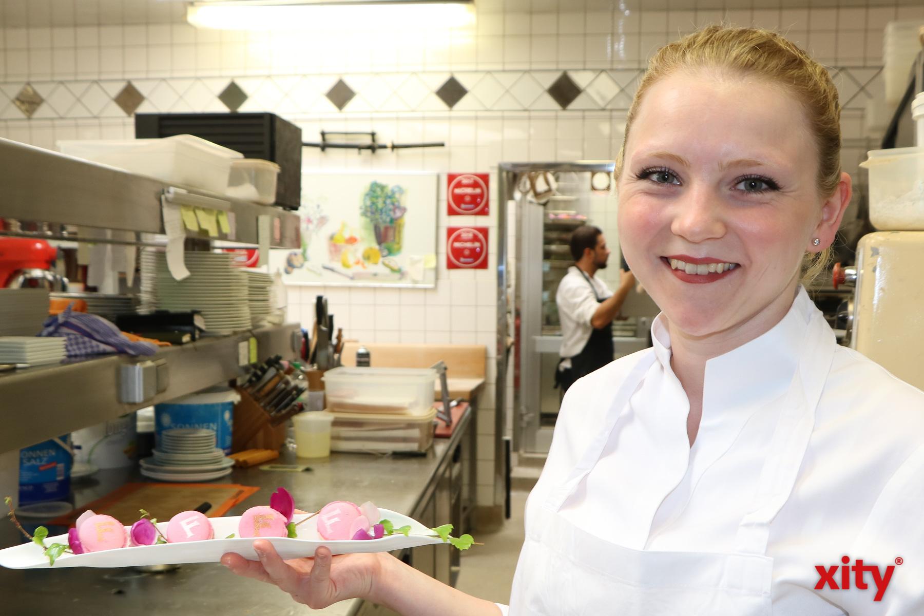 Küchenchefin Nina Ranger präsentiert das Dessert: Macarons mit einer Ganache aus Ferrari Spumante (Foto: xity)