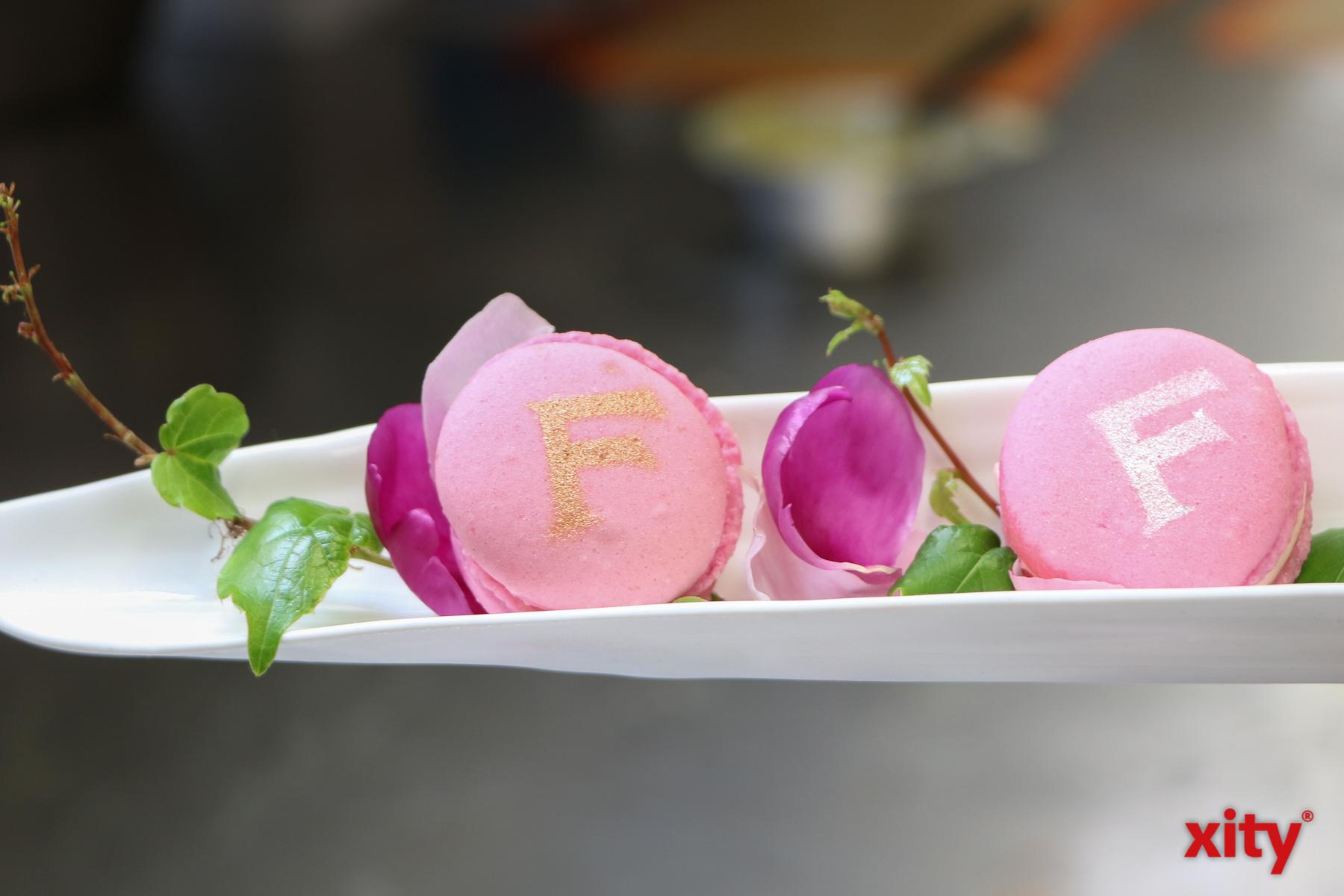 Die Macarons tragen sogar das Logo des Weinguts (Foto: xity)