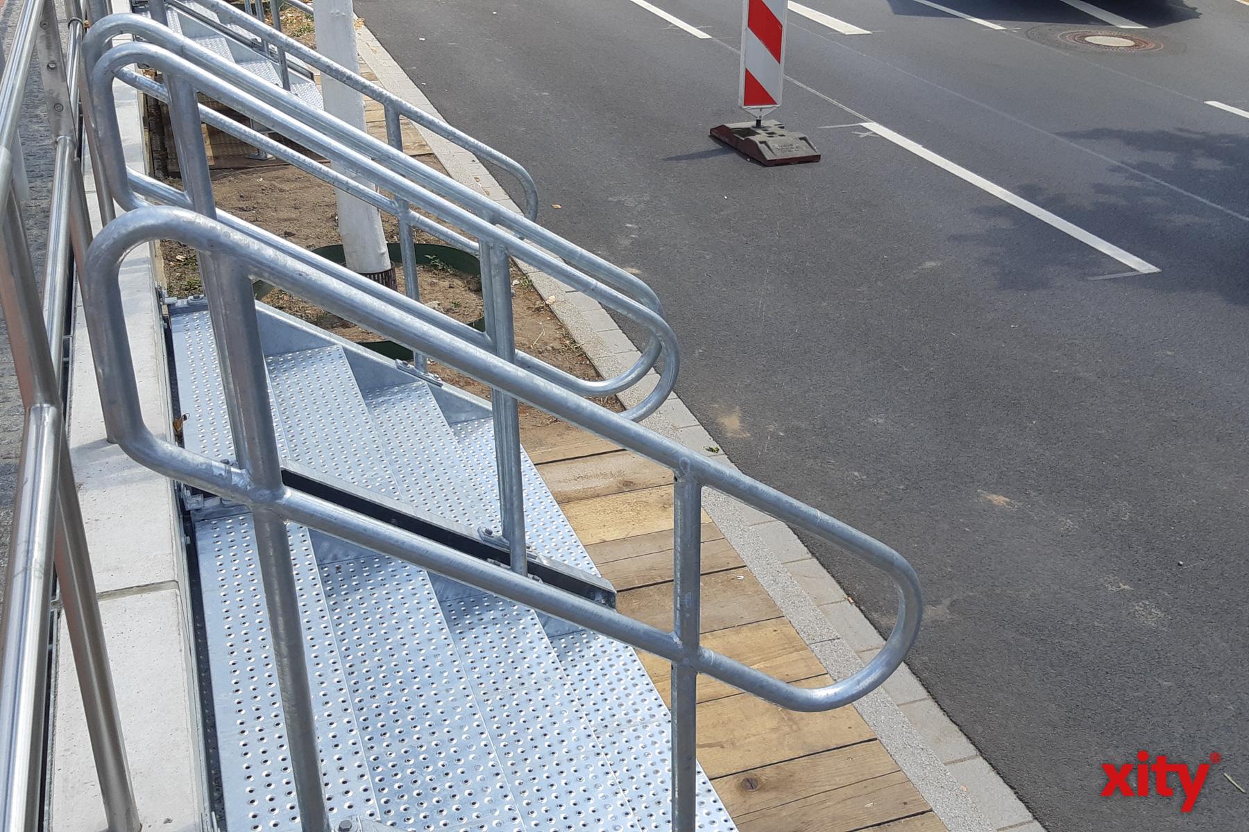 28 mobile Treppen werden zur Kirmes aufgestellt, um die Menschen schneller auf das Kirmesgelände zu führen (Foto: xity)