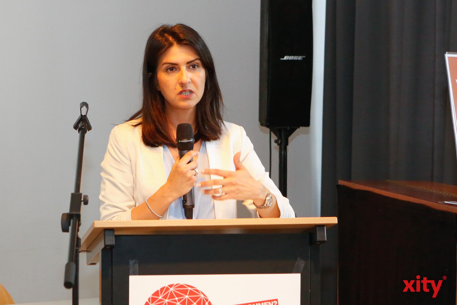 Serap Güler, NRW-Staatssekretärin für Integration, sprach als Gastrednerin zu den Besuchern der Konferenz (Foto: xity)