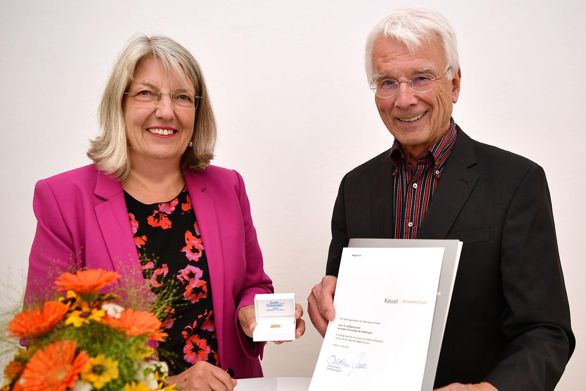 Bürgermeisterin Ilona Friedrich überreichte Dr. Wolfgang Spuck die goldene Ehrennadel der Stadt Kassel. (Foto: Stadt Kassel, Harry Soremski)