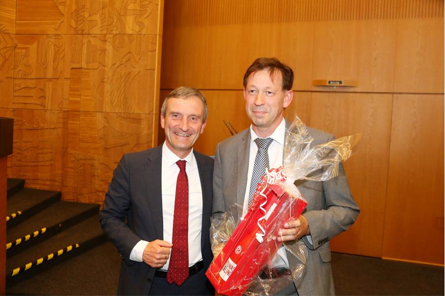 Oberbürgermeister Thomas Geisel gratulierte Stadtdirektor Burkhard Hintzsche (Foto: Stadt )